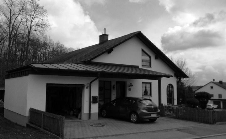 Einfamilienhaus vor der Aufstockung in schwarz-weiß