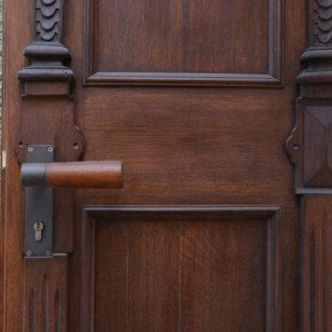 Ausschnitt einer von Zimmerei Steinberger denkmalsanierten Holztür mit Türgriff