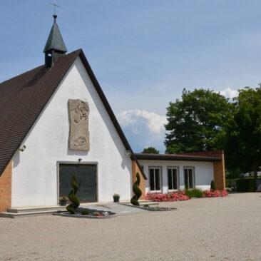Kapelle auf dem Friedhof Geisenfeld. Ein Nurdachhaus realisiert durch die Zimmerei Steinberger aus Nötting