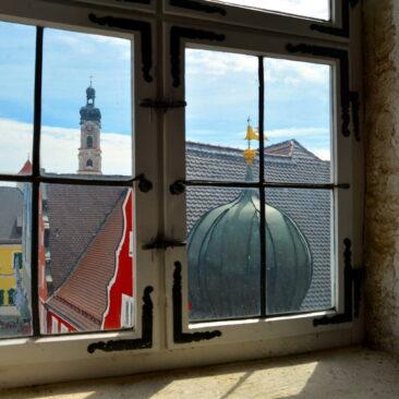 Vom Dachfenste aus fotografiert: zwei Kirchtürme saniert durch ZImmerei Steinberger