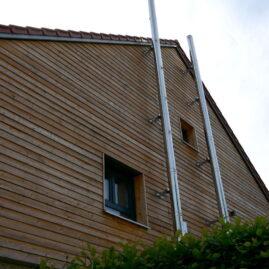 Holzfassade, Querlattung mit silberfarbenen Außenkaminen
