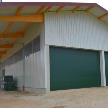 Hopfenhalle: Holzdachkonstruktion, 2 grüne Tore, seitliche Fensterreihe