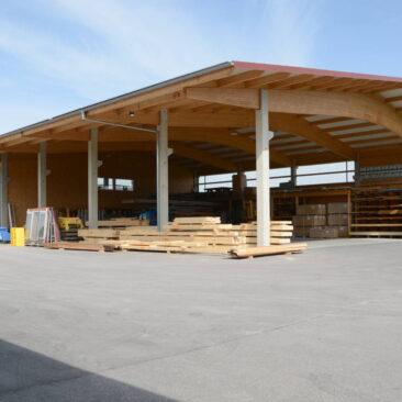 Offene Lagerhalle, Holzkonstruktion mit Betonträgern