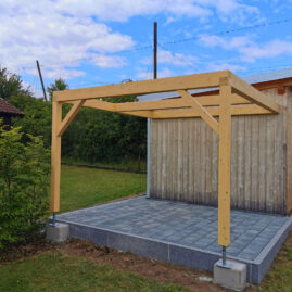 Neue Pergola aus Holz auf Betonpflaster