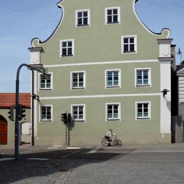 Mitgrüne Fassade des historischen Pfarrhoses in Geisenfeld