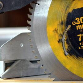 Detailansicht einer Kreissäge mit gelb-silbernem Sägeblatt