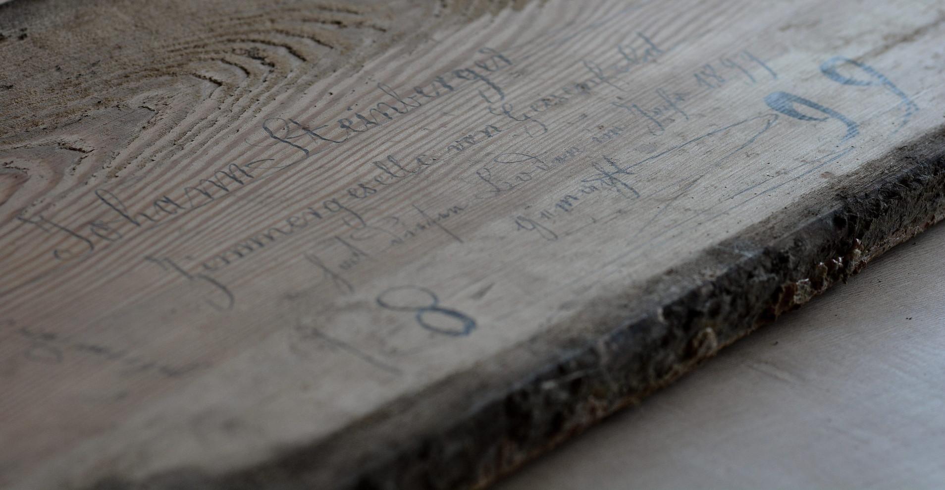 Schriftzug von Johann Steinbergervon 1899. Mit Bleistift auf Fußbodendiele geschrieben