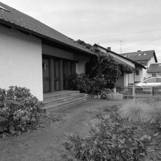 Schwarz-Weiß Bild eines Einfamilienbungalows vor der Aufstockung