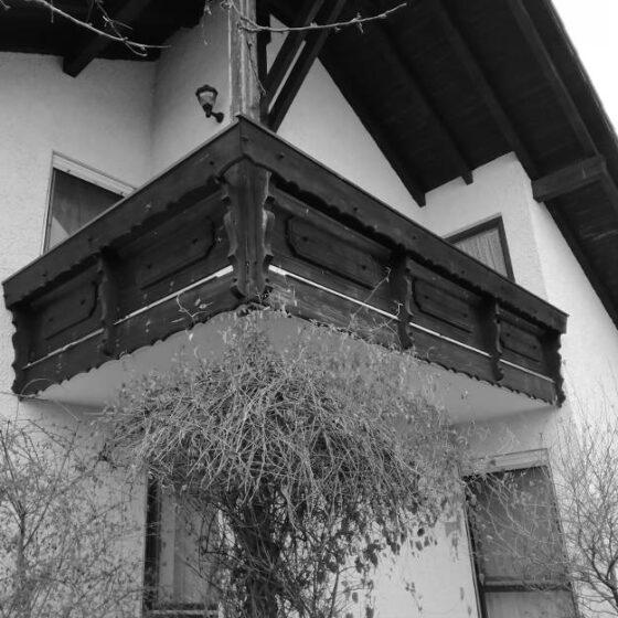 Ansicht eines Landhausbalkons über Eck mit Kletterpflanze vor dem Umbau durch die Zimmerei Steinberger