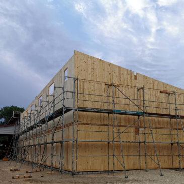 bild eines Holzhaus Rohbaus auf dem Firmengelände der Zimmerei Steinberger