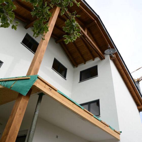 Bild eines schlichten modernen Eckbalkons im Rohbau mit Holzträgern