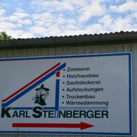 Firmenschild auf dem Firmengelände der Zimmerei Steinberger