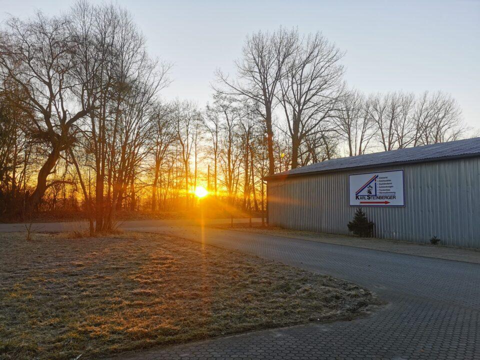 Sonnenaufgang über dem Firmengelände