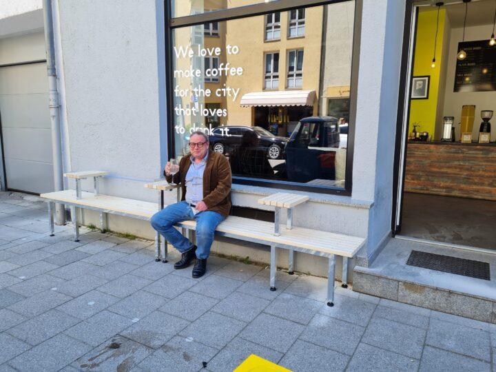 Sitzbank vor Cafe